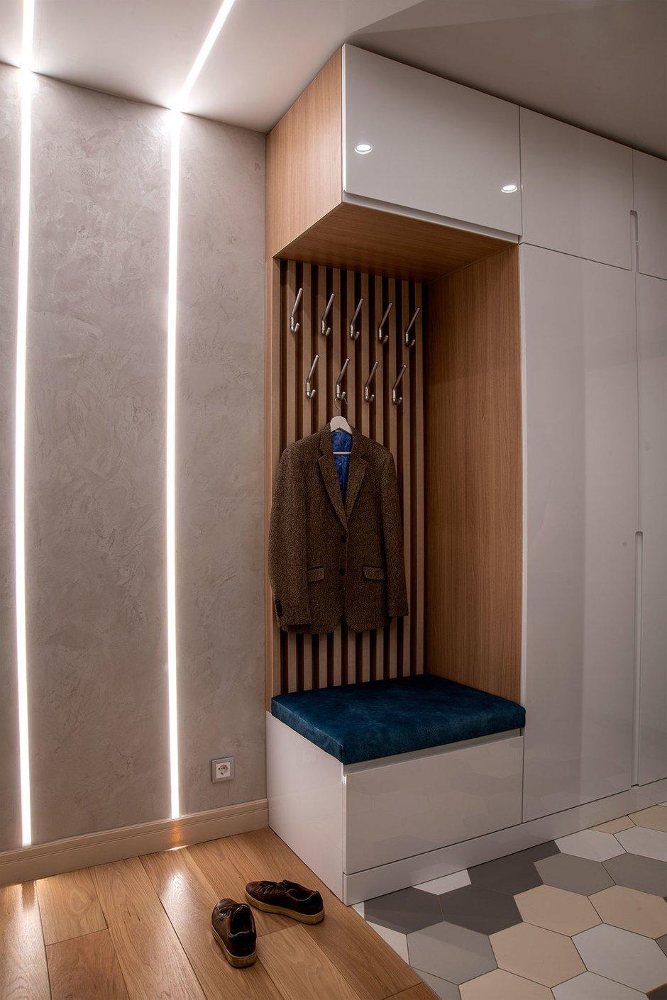 Шкаф в прихожей дополнили открытыми крючками для повседневной одежды.