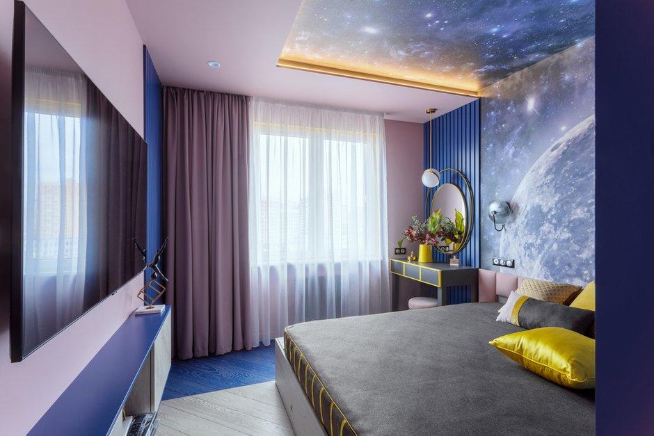 Тема желтого цвета продолжается и в интерьере спальни в виде желтых полосок на кровати и столике.