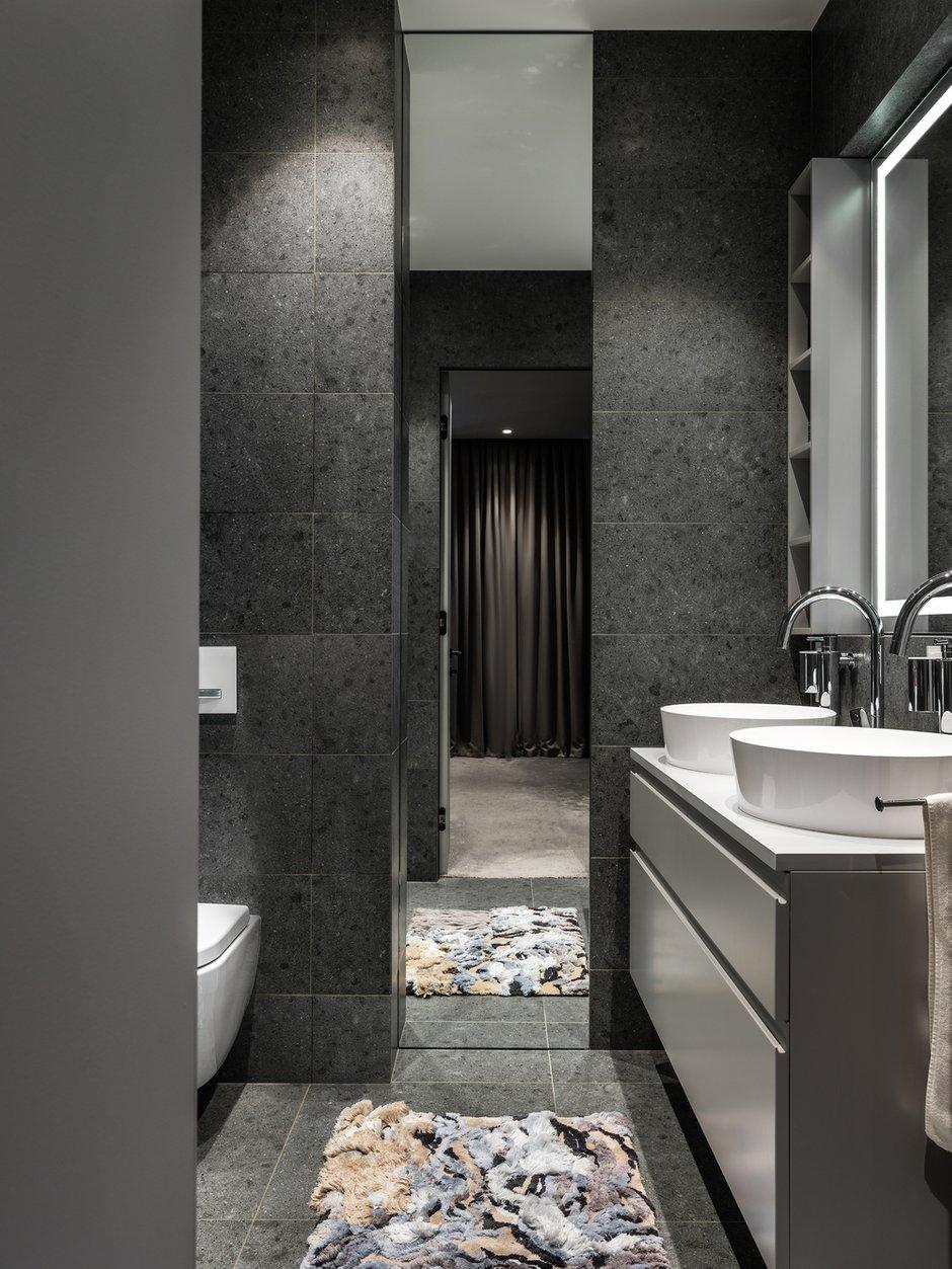 В мастер-ванной главным акцентом выступает фактурный ковер-картина ручной работы. Это функциональный и очень уютный арт-объект.