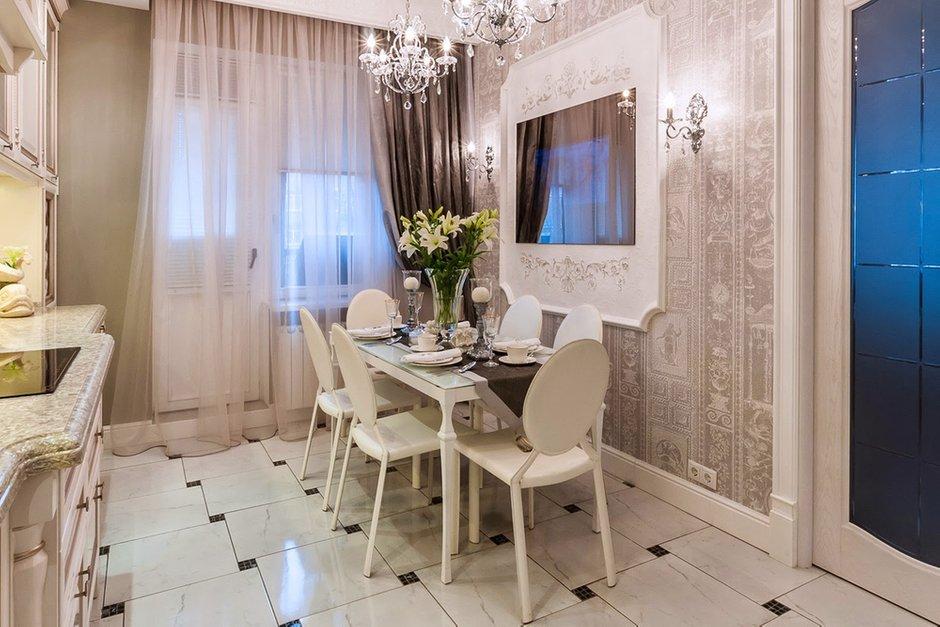 Фотография: Кухня и столовая в стиле Классический, Декор интерьера, Дом, Мебель и свет, Полки, Лепнина – фото на INMYROOM