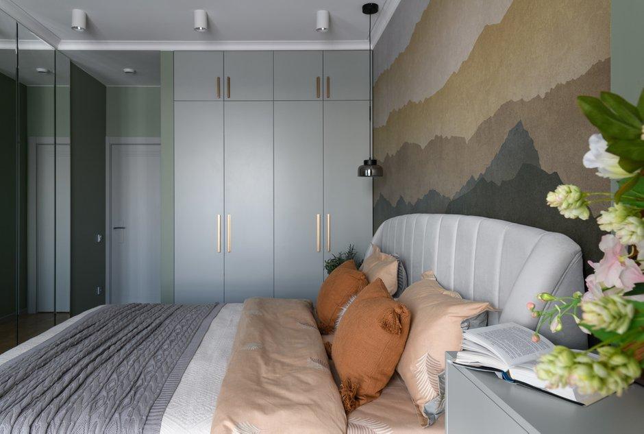 В спальне фон разбавили активной фреской и симметрично декорировали большими зеркалами. Мебель решена в той же цветовой гамме как продолжение отделки стен.