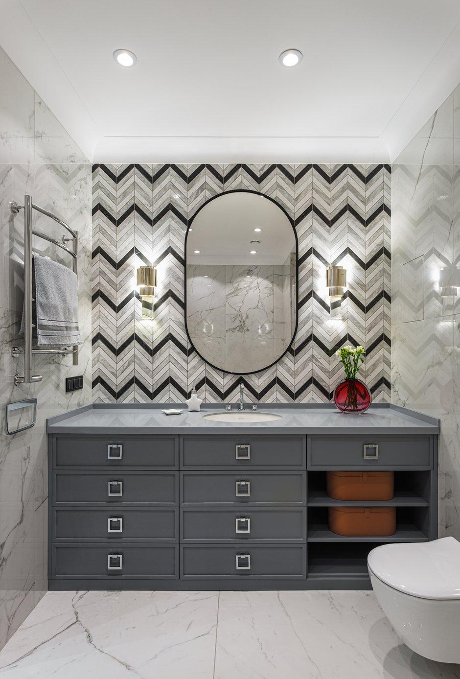 Ванная комната выполнена в графичной черно-белой гамме, акцент сделан на зону с раковиной.