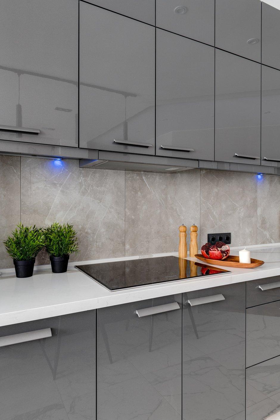 Вся техника встроенная. Основные размеры стандартные, но кухня сделана на заказ.