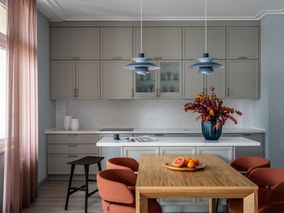 Кухонный гарнитур с островом гармонично вписан в интерьер и не загромождает пространство.