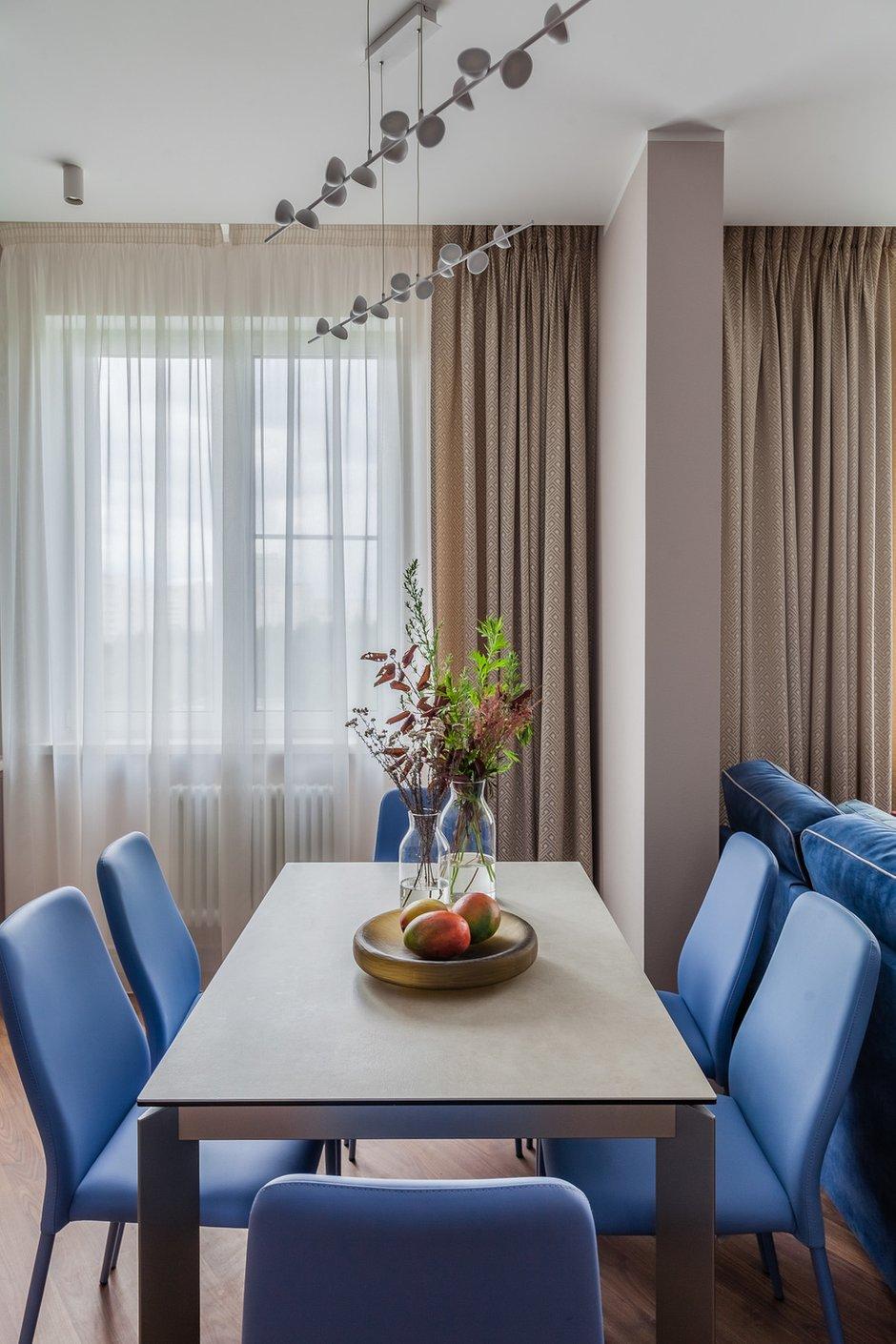 Васильковые стулья оказались именно того мягкого оттенка голубого, который идеально подошел в этот легкий интерьер.