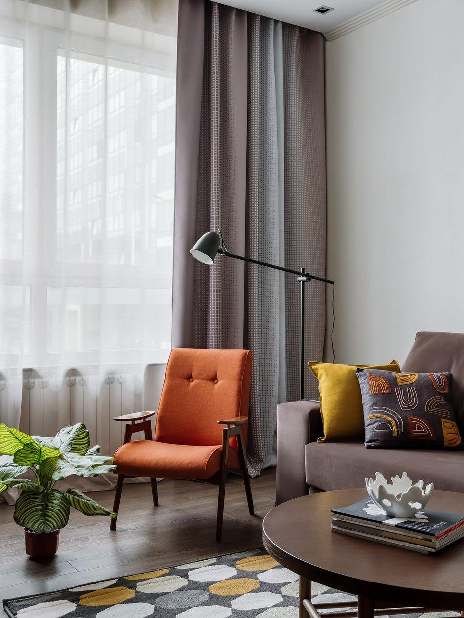 В уголке для чтения разместили винтажное отреставрированное кресло и небольшой торшер ИКЕА для дополнительного света.