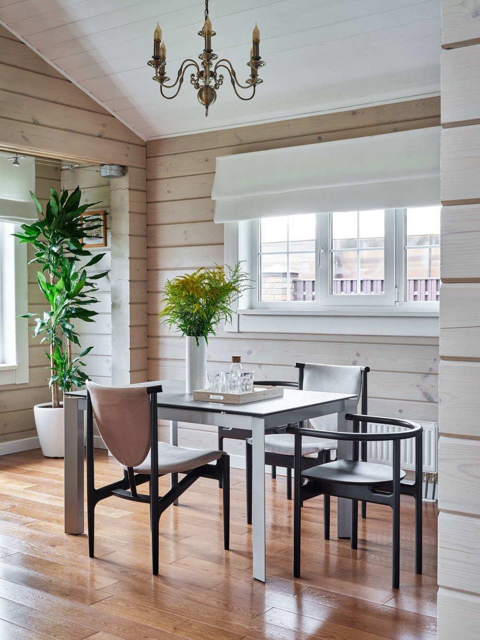 Помещения кухни, столовой, гостиной, объединенные в единое пространство, имеют большие окна.