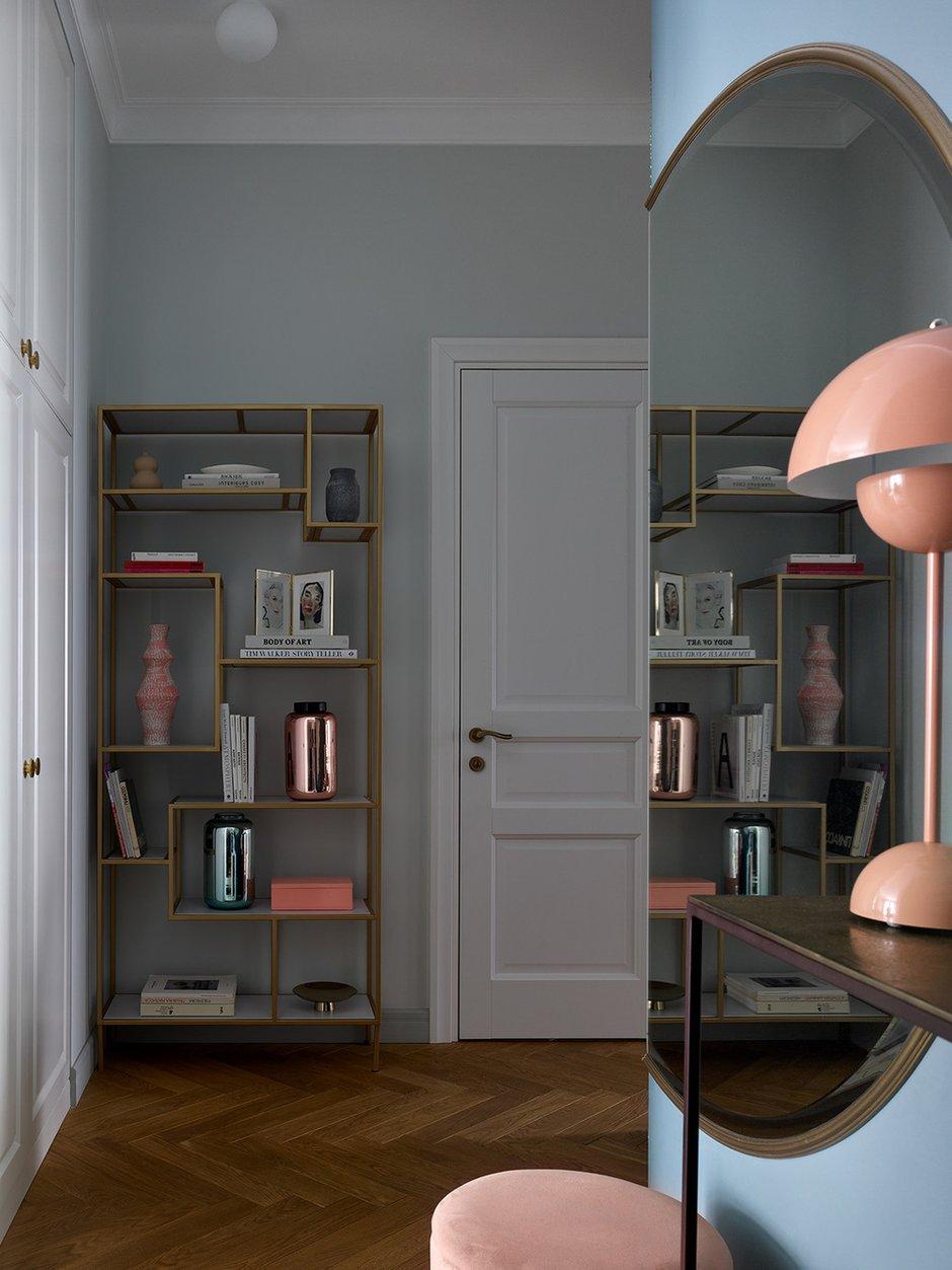 Все системы хранения сделаны на заказ. Основные гардеробы сосредоточили в прихожей. Они по цвету очень близки к цвету стен, чтобы не перегружать пространство.