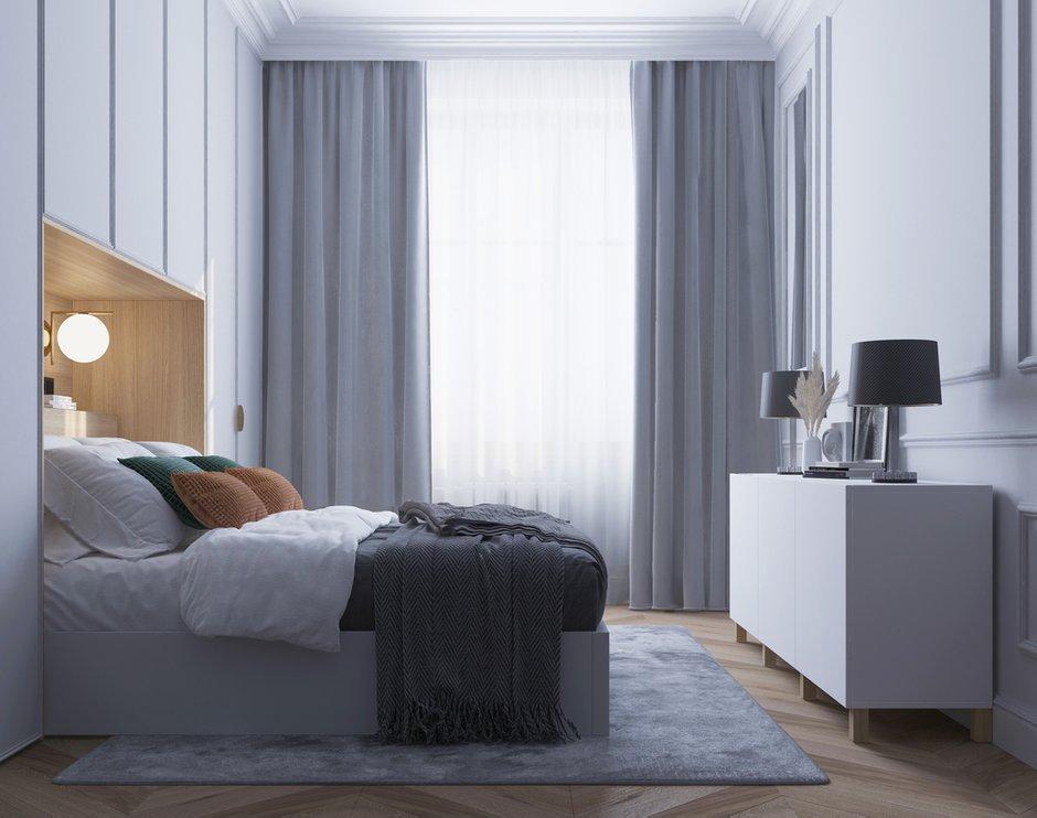 Кровать имеет подъемный механизм, и пространство под ней можно также использовать как место для хранения. Напротив кровати поставили вместительный комод.