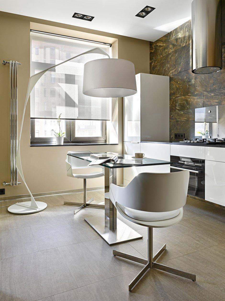 Фотография: Кухня и столовая в стиле Современный, Хай-тек, Малогабаритная квартира, Квартира – фото на INMYROOM