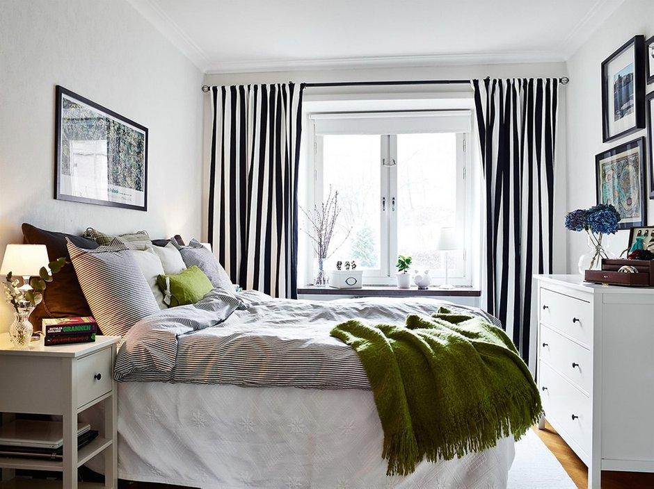 Фотография: Спальня в стиле Скандинавский, Малогабаритная квартира, Квартира, Цвет в интерьере, Дома и квартиры, Белый, Шторы – фото на INMYROOM