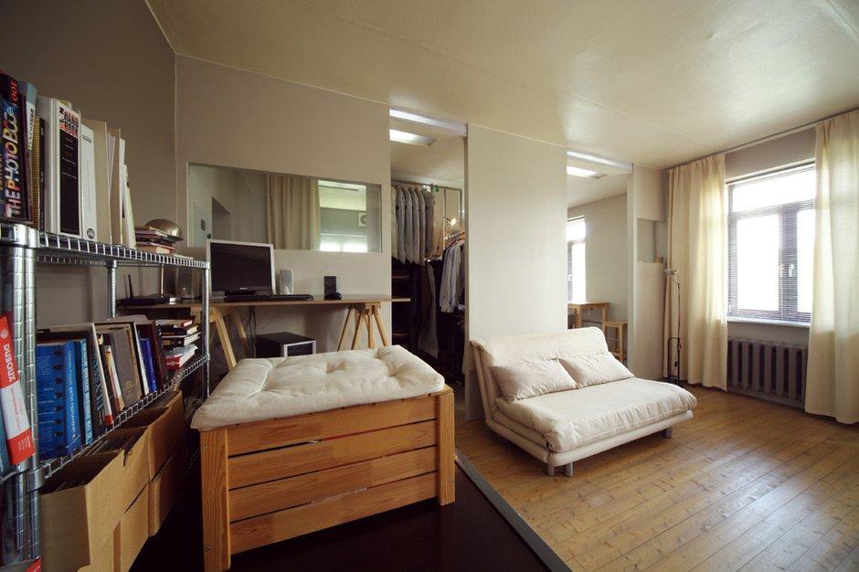 Фотография: Гостиная в стиле Лофт, Малогабаритная квартира, Квартира, Цвет в интерьере, Дома и квартиры, Перепланировка, Серый, Пол, Подиум – фото на INMYROOM