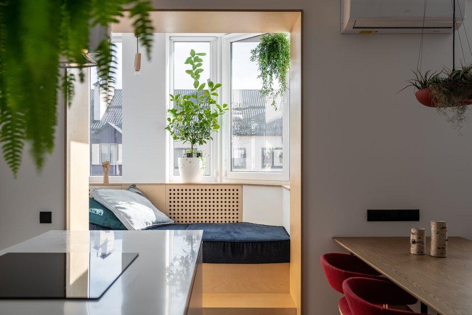Несмотря на сдержанность и строгость форм, интерьер выглядит по-домашнему уютным.