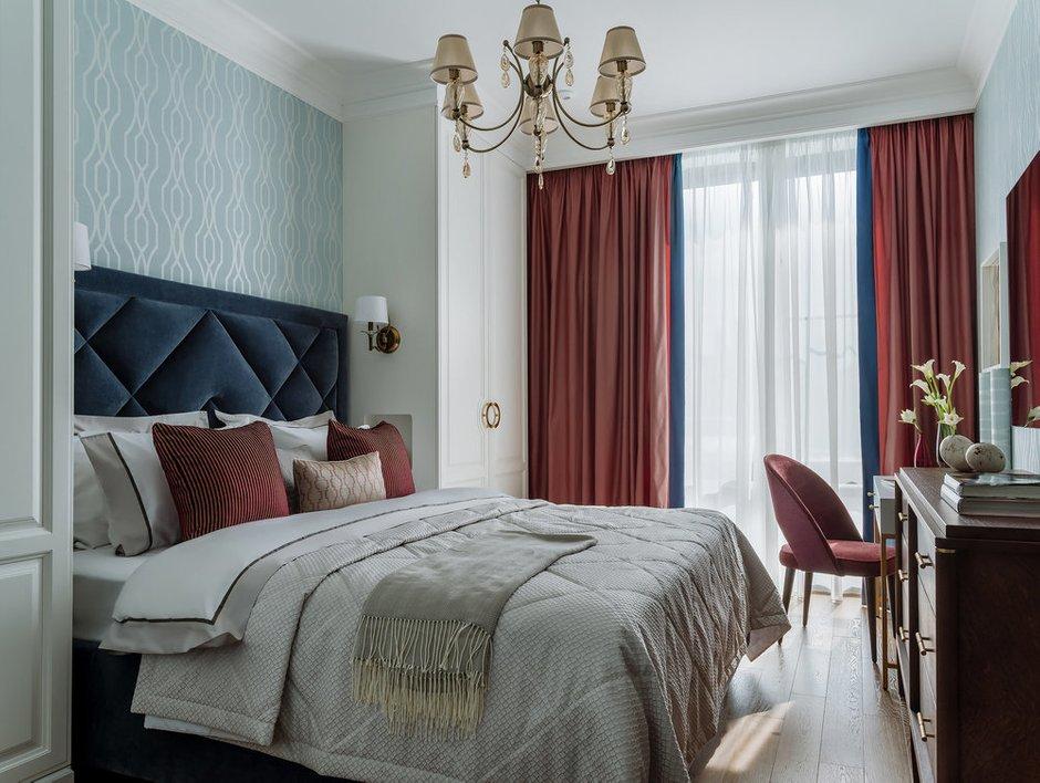 В спальне акцентом стал красивый ягодный оттенок на шторах, обивке стула и подушках.