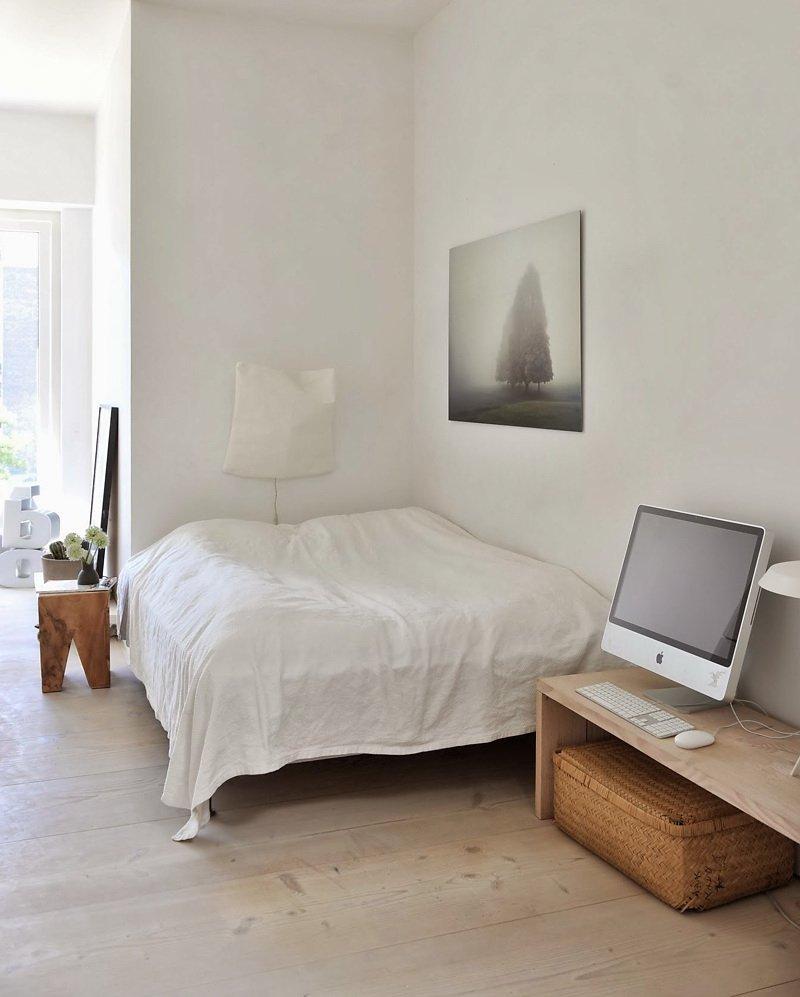 Фотография: Спальня в стиле Скандинавский, Квартира, Цвет в интерьере, Дома и квартиры, Белый, Черный – фото на INMYROOM