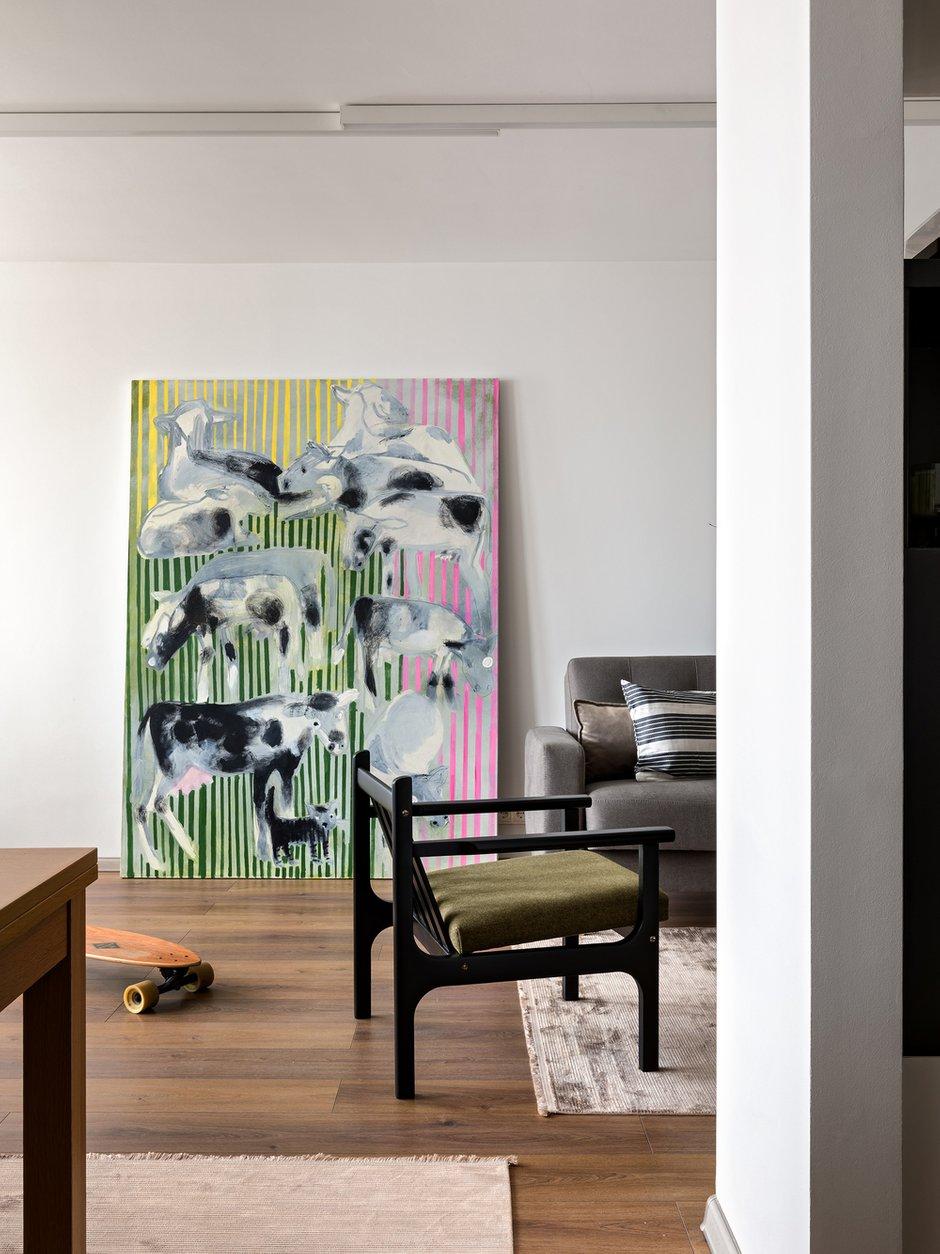 Особенным акцентом в интерьере гостиной стала картина «Пастушок» художницы O.ZHE (Ольга Жебина).