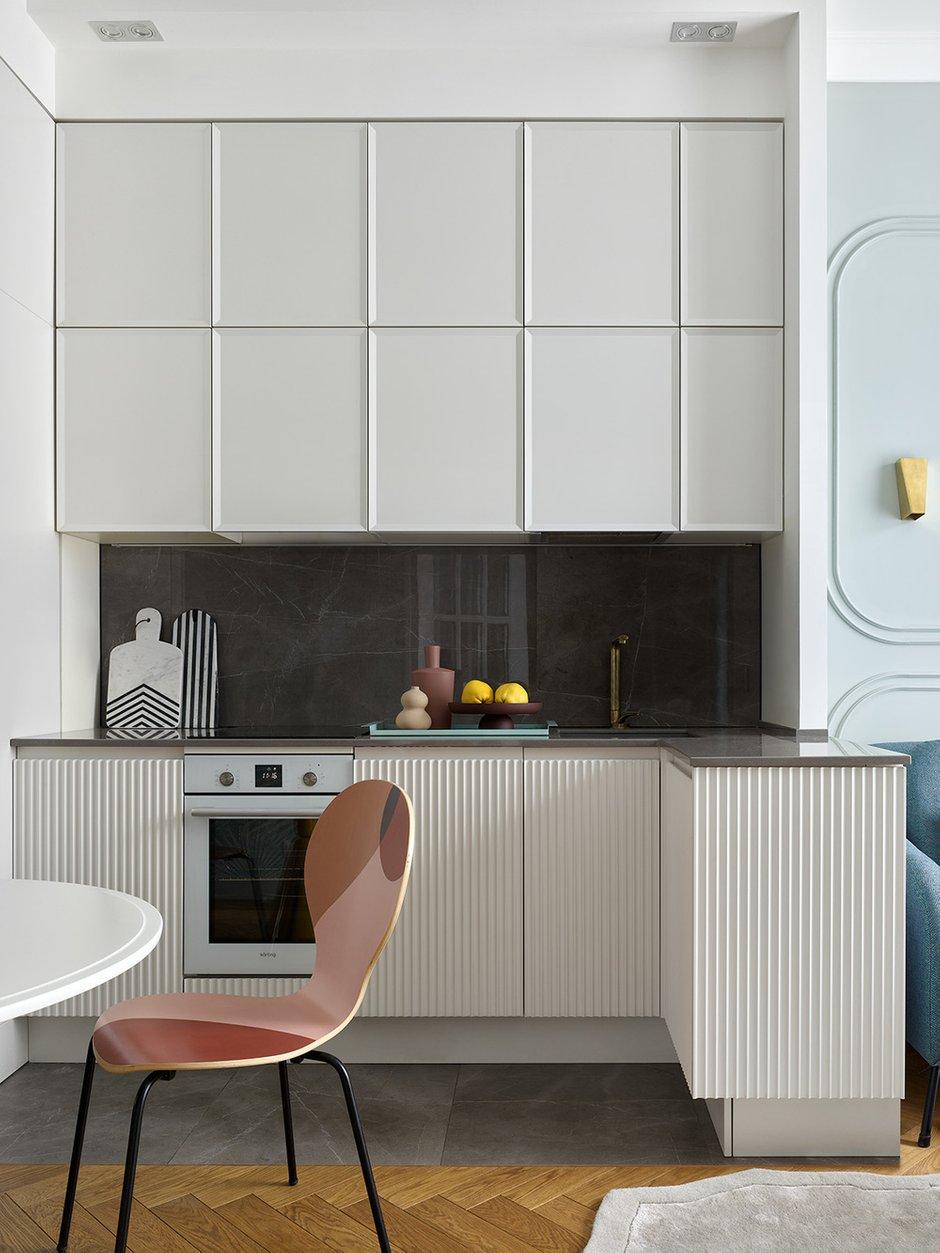 Кухня целиком сделана на заказ. Техники немного, вся спрятана в шкафах. Холодильный блок на спрятанных колесиках для обеспечения доступа к стояку при необходимости.