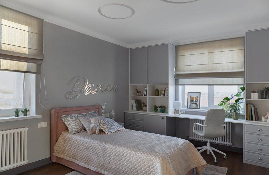 Использовали пленочные фасады на шкафах в комнате дочери. Изначально хотели красить фасады, но это выходило намного дороже, и в итоге дизайнер нашла пленку, идеально подходящую к цвету стен.