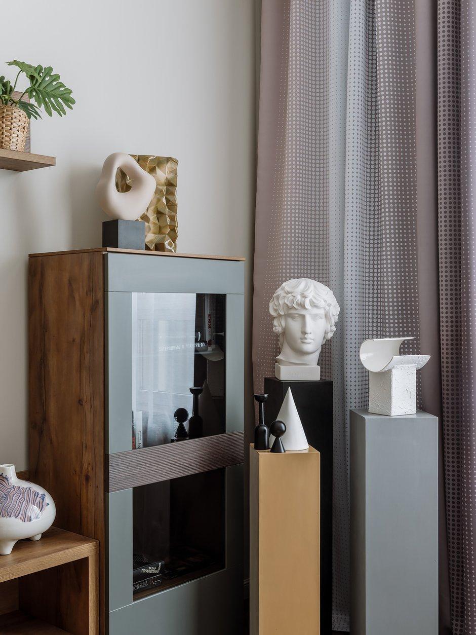 Декоративные подставки-колонны сделаны на заказ, окрашены в цветовые блоки из палитры интерьера и являются удобными для размещения любого декора или цветочных кашпо.
