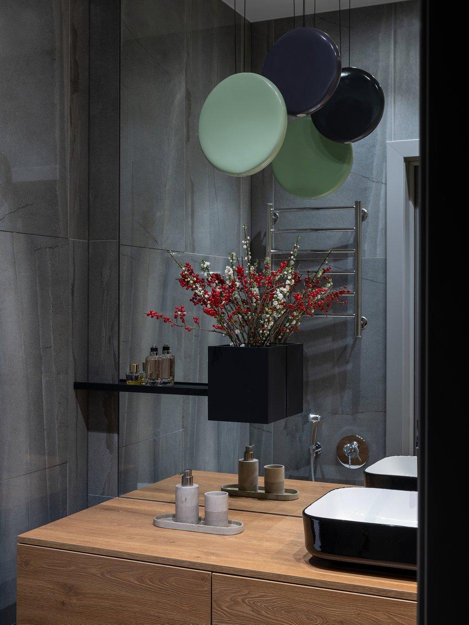 При использовании в санузле большого объема зеркальных и стеклянных поверхностей стоит помнить про необходимость ежедневного ухода за ними. В проекте это был сознательный выбор между удобством и красотой.