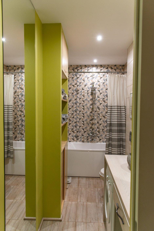 В качестве фишки можно отметить большие цельные зеркала в комнате и ванной. Доставка стоила дороже самих зеркал, так как в грузовой лифт они не поместились и на 16-й этаж их несли пешком. Они дали отличный эффект расширения пространства, иллюзию продолжения помещений.