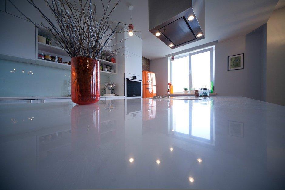Фотография: Кухня и столовая в стиле Современный, Интерьер комнат, Цвет в интерьере, Белый, Перепланировка – фото на INMYROOM