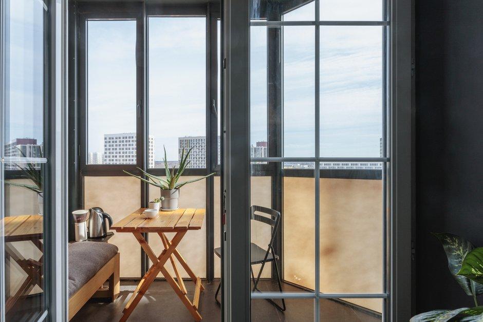 Во время ремонта убрали подоконный блок и перенесли радиатор на соседнюю стену, чтобы сделать французские окна на балкон.