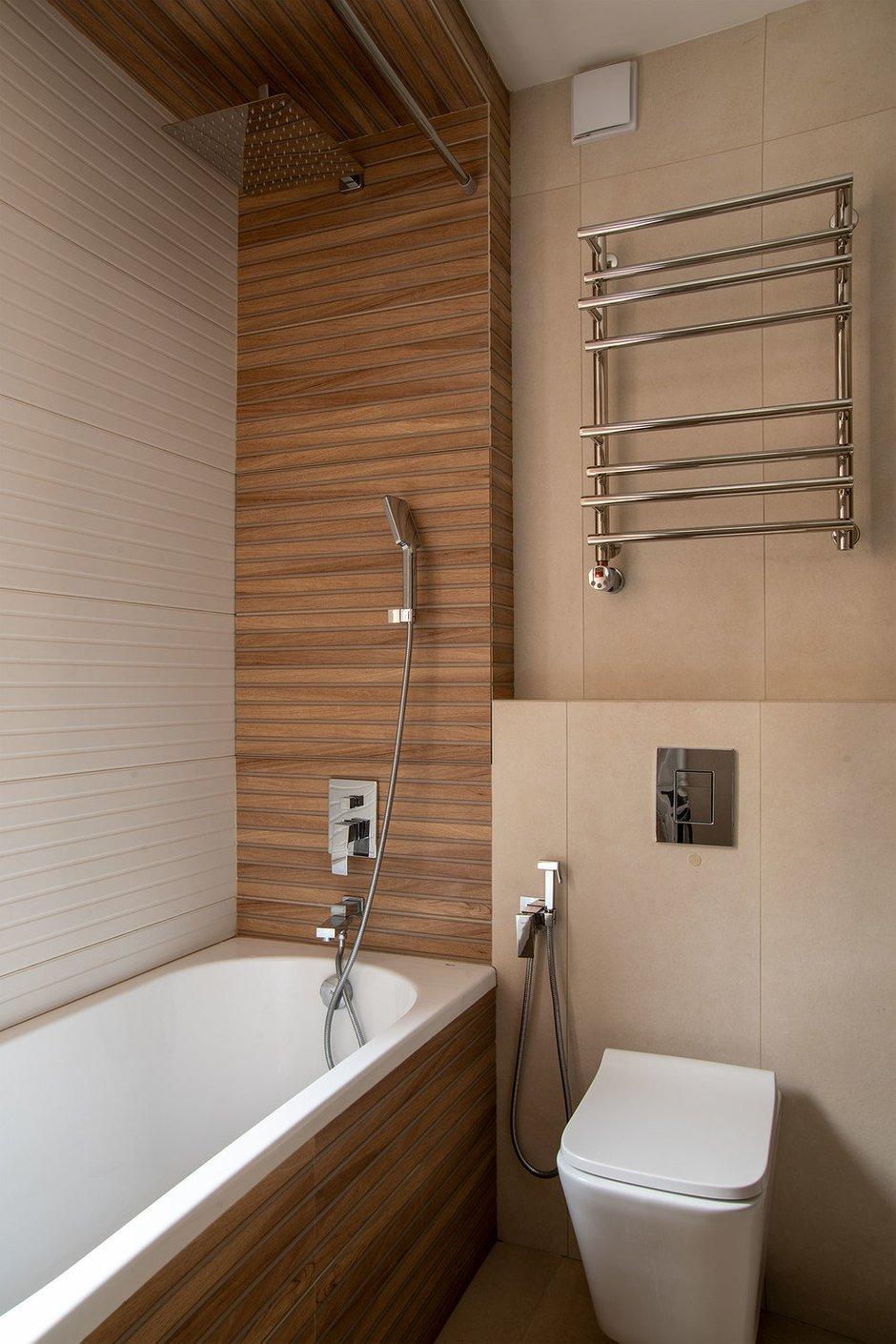 Керамогранит напоминает деревянные панели и добавляет уюта в санузел.