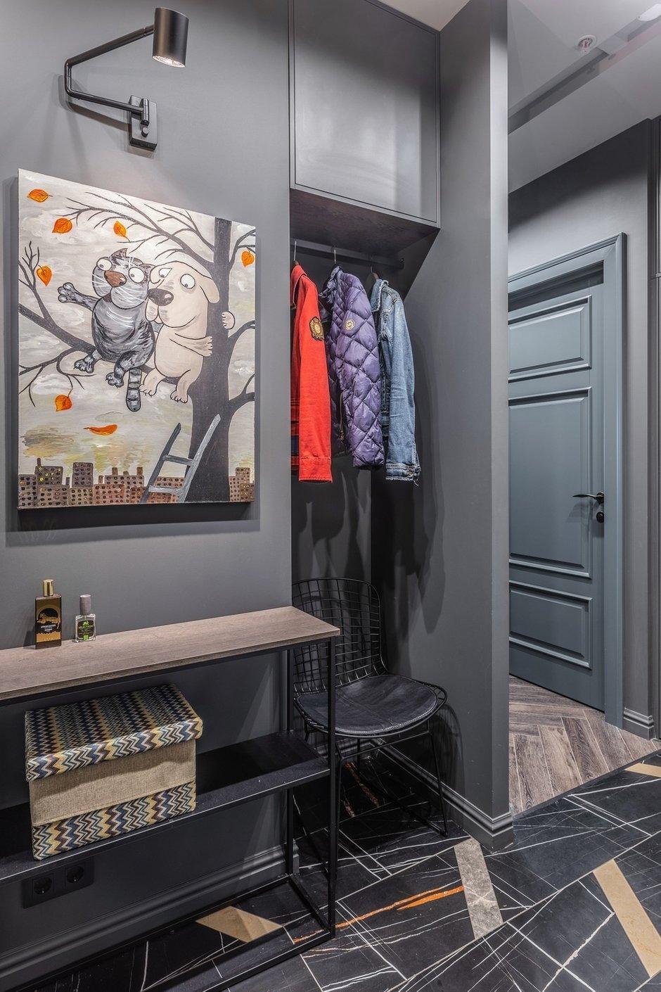 При входе в квартиру сделали две ниши для хранения: для электрощитка и для одежды.