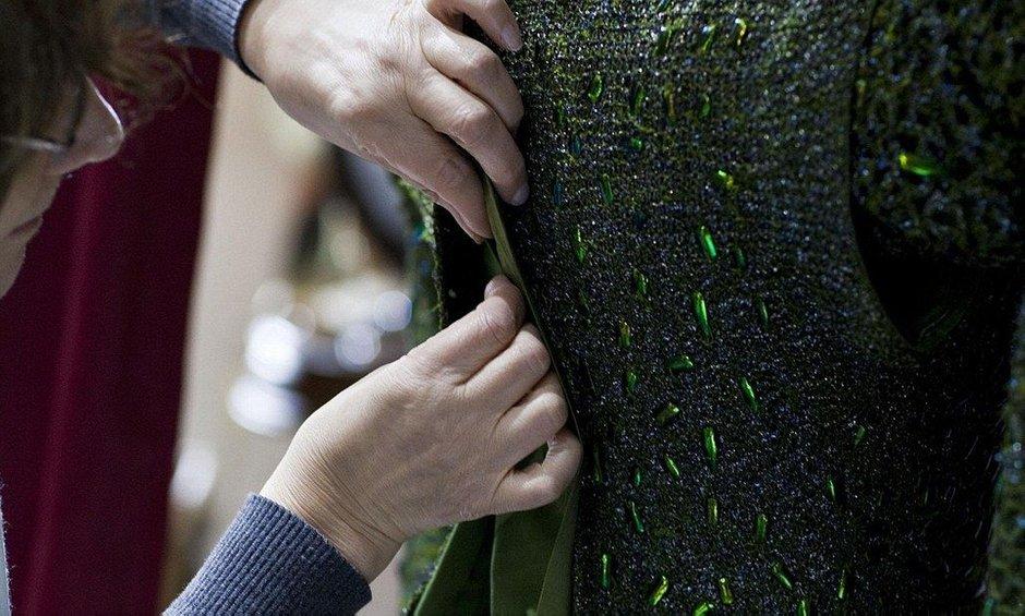 Платье декорировали с помощью 1000 крыльев Златки, и они до сих пор не утратили своего блеска