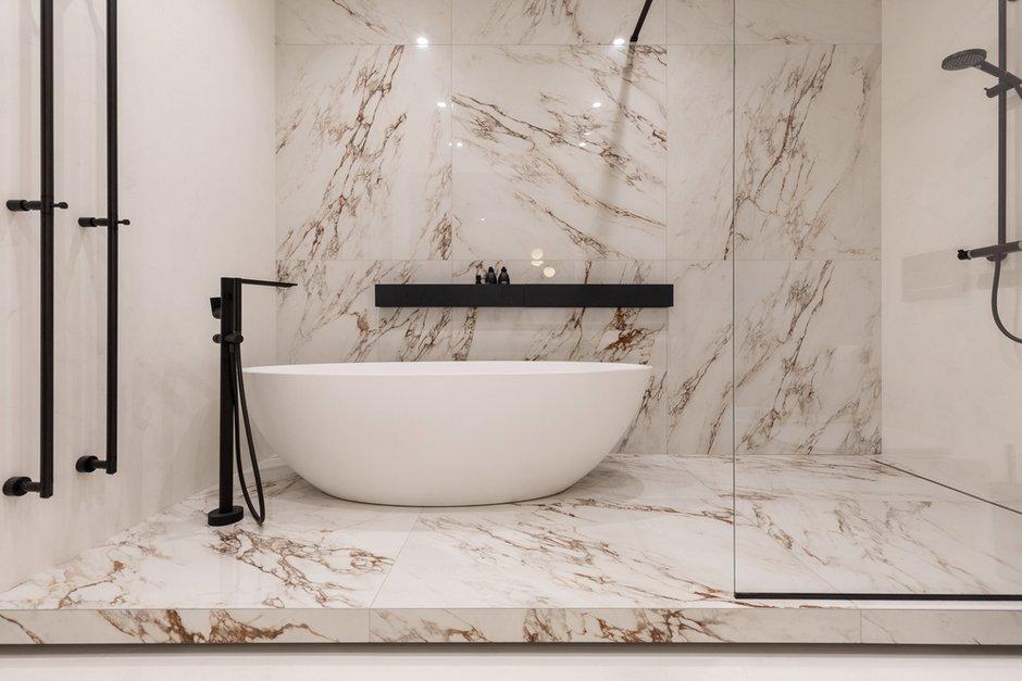 Ванная комната с островной ванной и просторной душевой предназначена для хозяев.