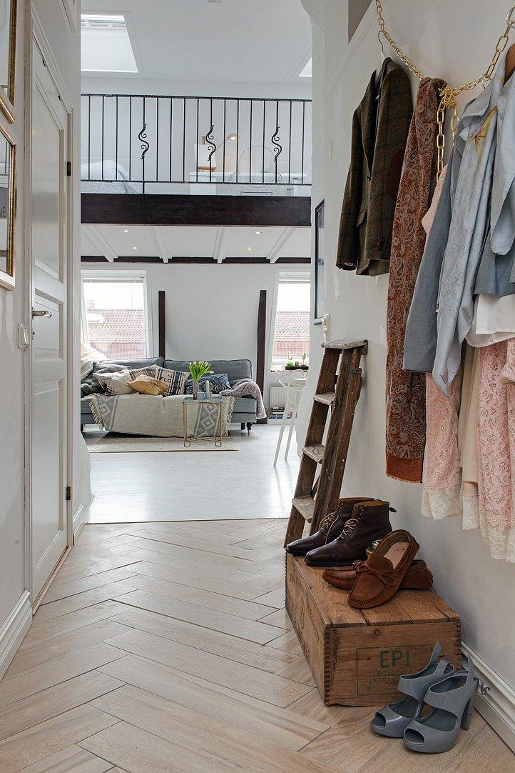 Фотография: Прихожая в стиле Скандинавский, Малогабаритная квартира, Квартира, Цвет в интерьере, Дома и квартиры, Белый, Мансарда – фото на INMYROOM