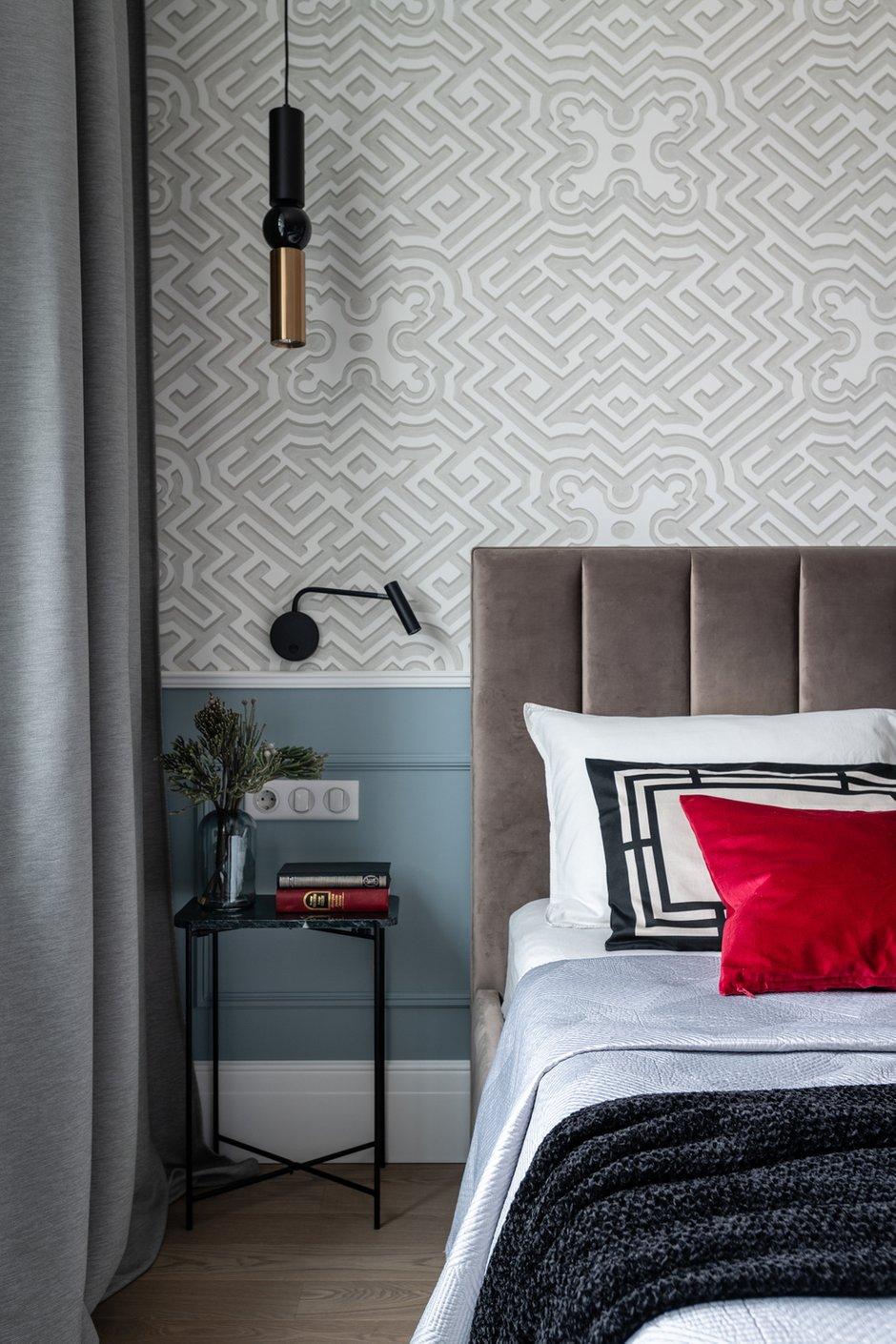 В спальне соединили геометричные обои нейтральных тонов с пыльно-голубыми стенами.