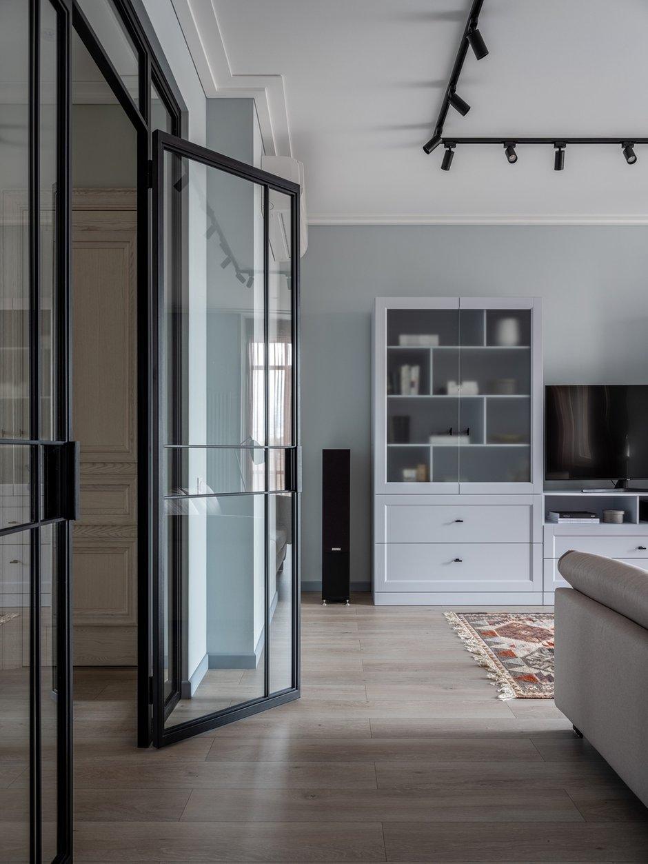 Большая стеклянная перегородка в стиле лофт дала возможность впустить естественный свет в северную часть квартиры.