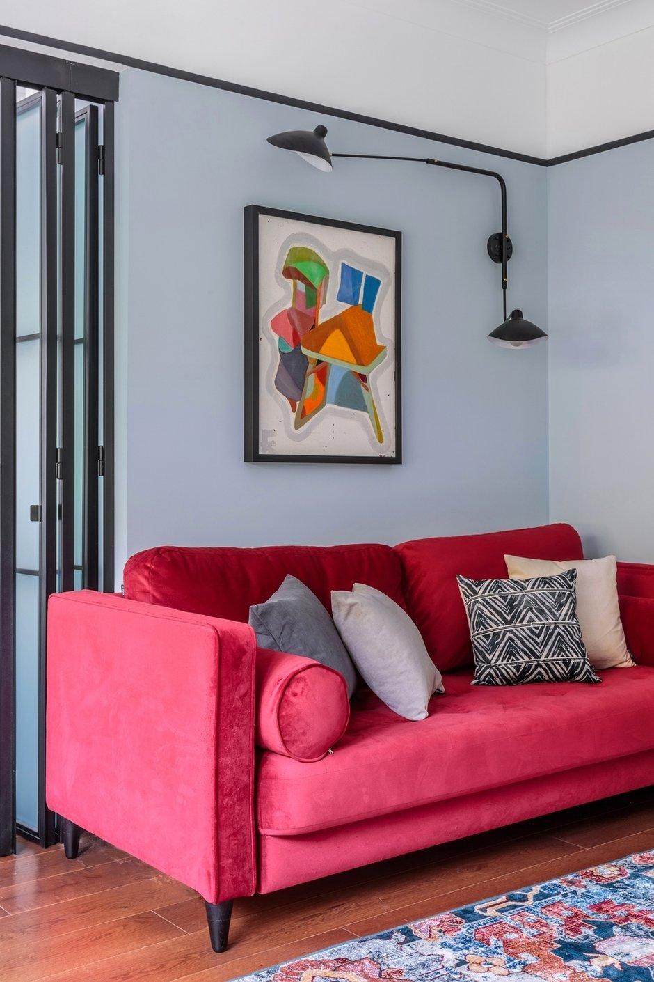 Картина над диваном написана в начале 90-х и была подарена хозяевам квартиры. Ее нужно было брать в расчет, выбирая цвет и концепцию.