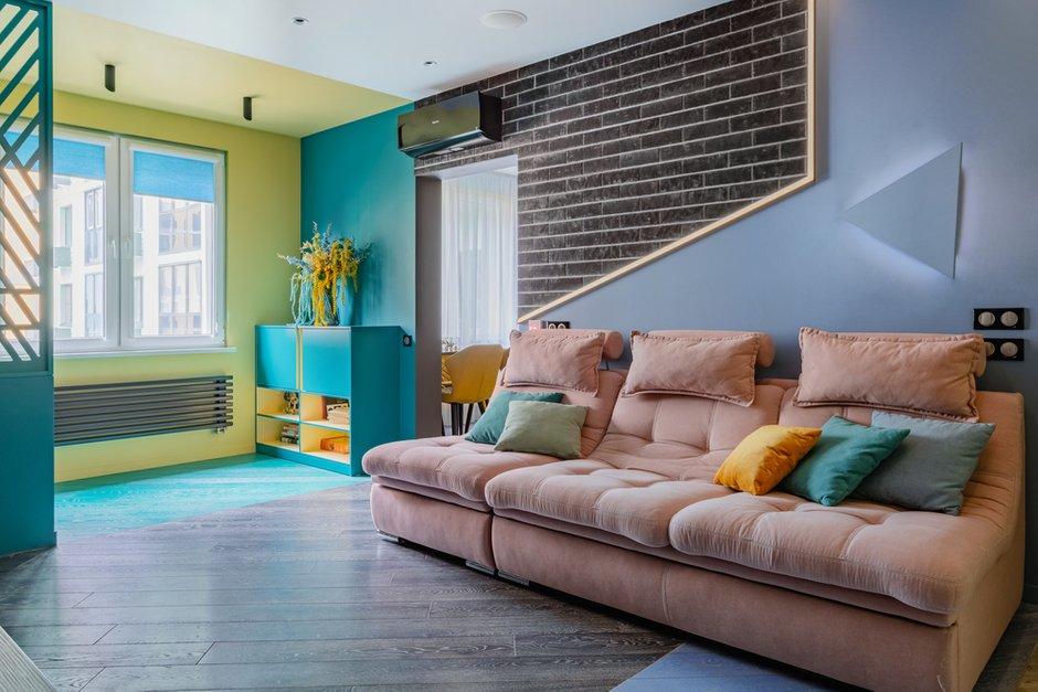 В квартире много сценариев освещения. Акцентом стала подсветка, переходящая со стены на потолок.