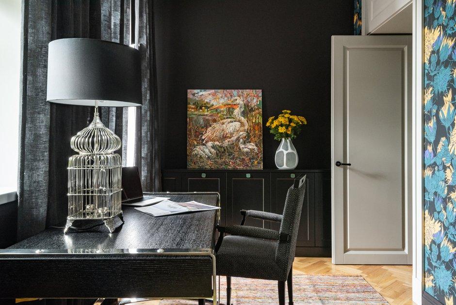 Любимой комнатой заказчика стал кабинет с черными обоями и черными портьерами.