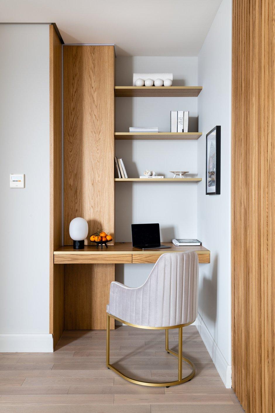 В зоне гостиной предусмотрено рабочее место, мебель для которого проектировалась на заказ, в едином стиле с раздвижной перегородкой.