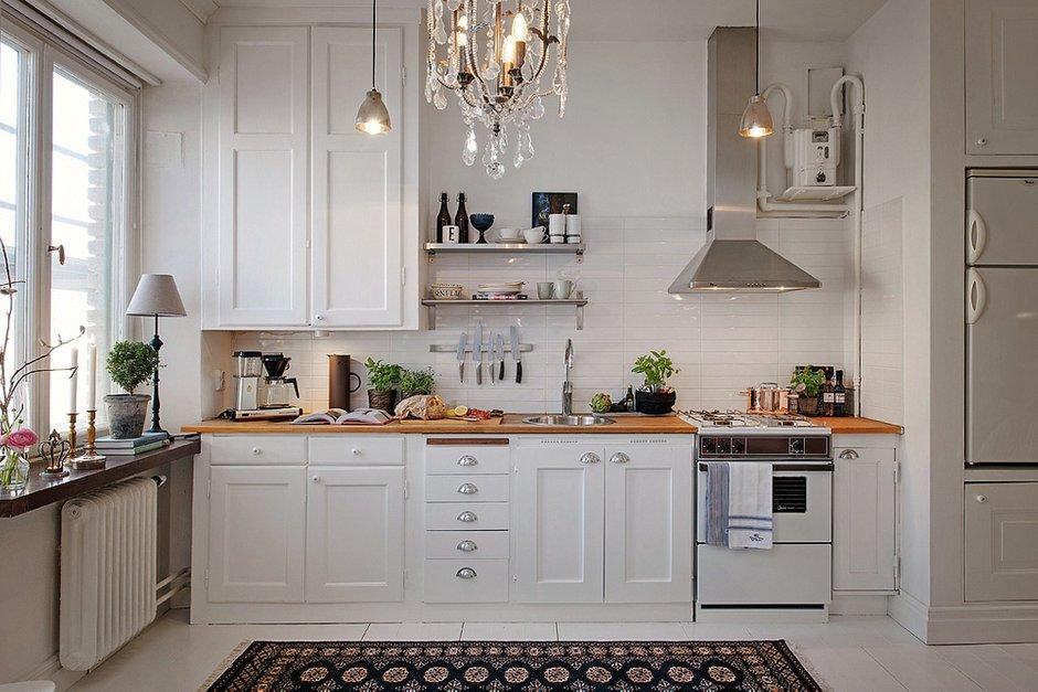 Фотография: Кухня и столовая в стиле Скандинавский, Малогабаритная квартира, Квартира, Швеция, Цвет в интерьере, Дома и квартиры, Белый, Стена – фото на INMYROOM