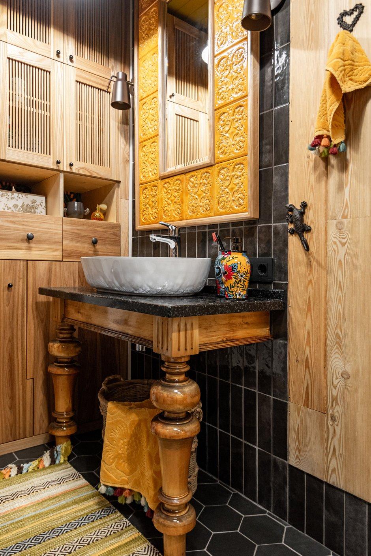 Консоль под раковину — отреставрированный стол 50-х годов из липы. На столешнице — плитка, кромка — акриловый камень, полки — массив.