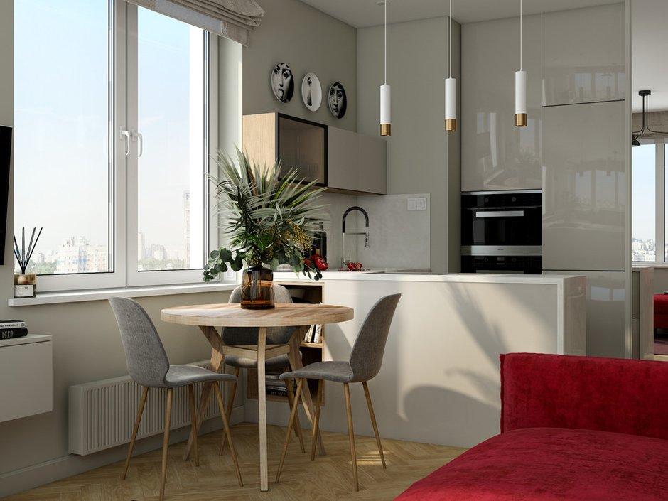 Столовая зона под окном представлена круглым столом диаметром 90 см и тремя стульями.