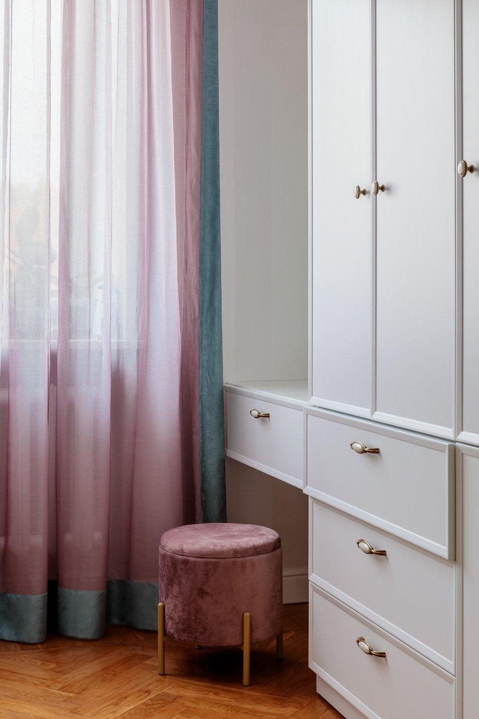 Шкаф в спальне сделан в потолок, с пантографом для удобства.