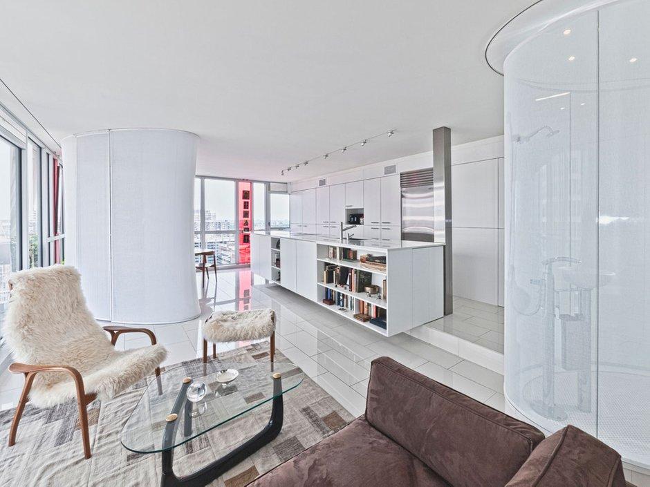 Фотография: Гостиная в стиле Современный, Квартира, Цвет в интерьере, Дома и квартиры, Белый, Панорамные окна – фото на INMYROOM