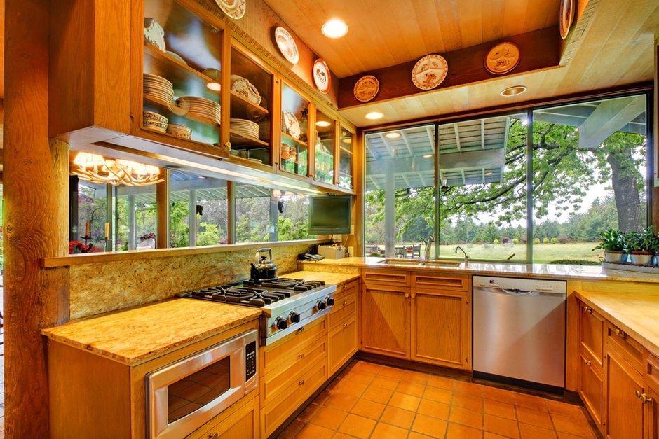Фотография: Кухня и столовая в стиле Прованс и Кантри, Классический, Современный, Декор интерьера, Интерьер комнат, Тема месяца, Большие окна, Кухонный остров – фото на INMYROOM