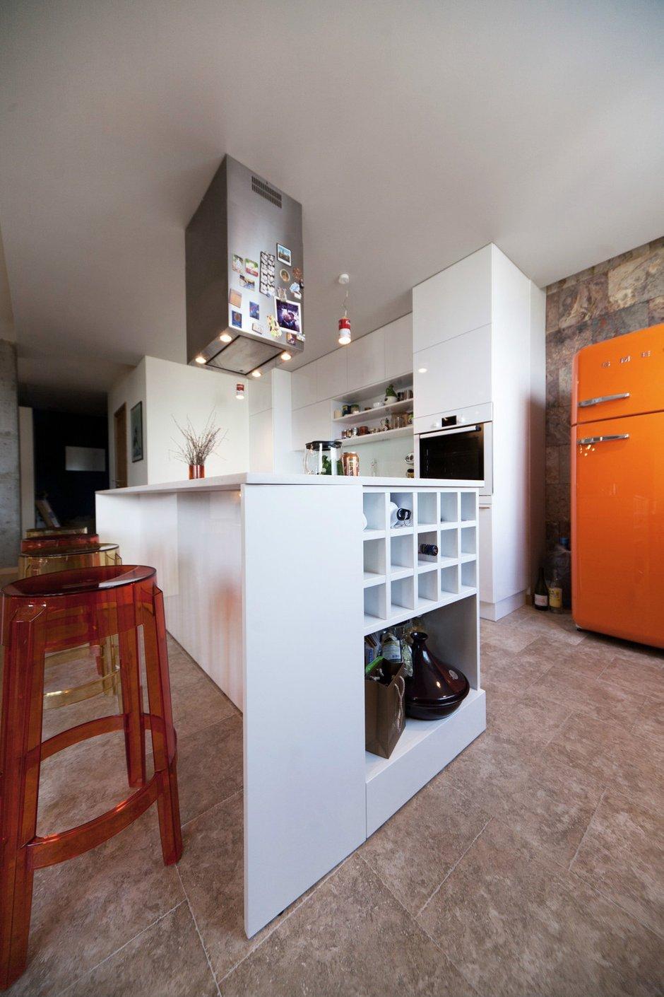 Фотография: Кухня и столовая в стиле Скандинавский, Интерьер комнат, Цвет в интерьере, Белый, Перепланировка – фото на INMYROOM