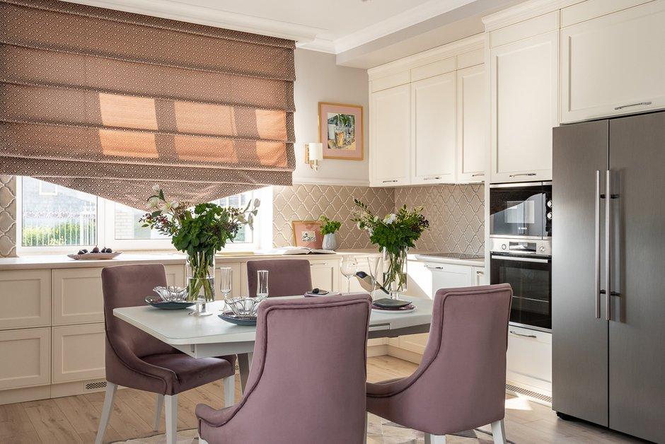 Кухня и кафель решены в классическом пудровом цвете, стены серые, но красивый ягодный цвет стульев делает этот интерьер нескучным.
