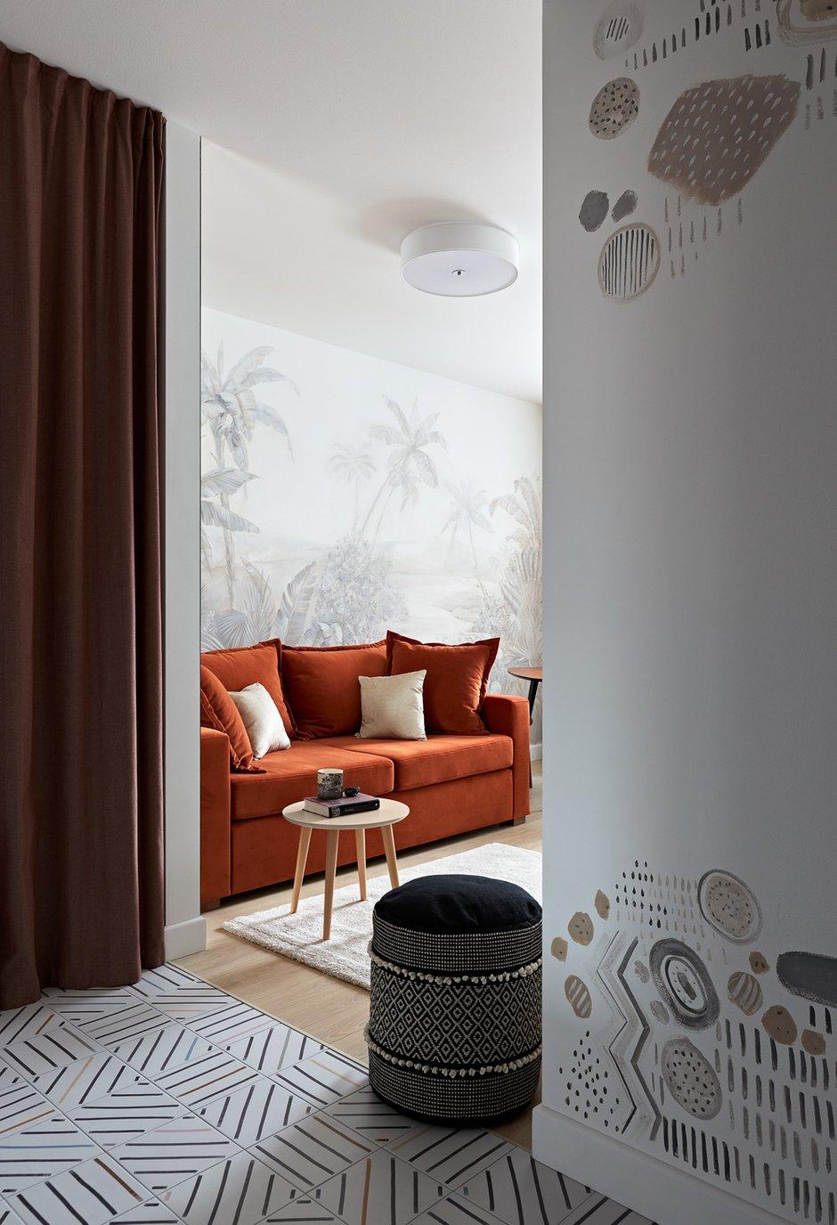 Роспись на стене в прихожей перекликается с рисунком на плитке.