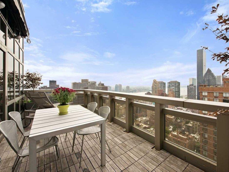 Фотография: Балкон, Терраса в стиле Современный, США, Дома и квартиры, Интерьеры звезд, Нью-Йорк, Пентхаус, Панорамные окна, Пол – фото на INMYROOM