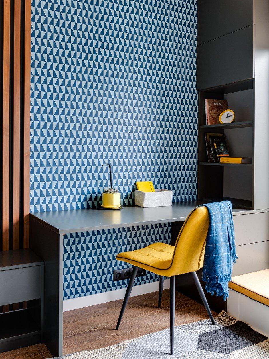 Мебель имеет геометрическую концепцию, выполнена в двух цветах. Сиденье под окном переходит в шкаф для хранения учебников. Стол переходит в полки под прямым углом.