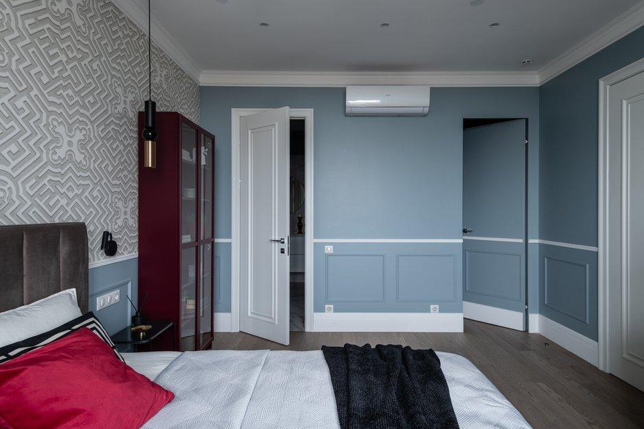 Чтобы не дробить пространство дверями, одно из полотен выкрасили в цвет стен и украсили молдингами.
